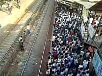 通勤ラッシュ時の電車の乗り方。インドの場合。これ難易度たかすぎるだろ(´・_・`)