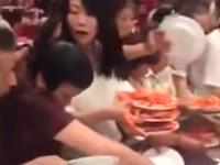 食糧危機かのようにビュッフェに群がる中国人観光客たちの映像が話題に。