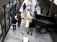 深夜のガンショップに10人の窃盗団が。犯行の一部始終を監視カメラが捉えていました。
