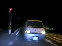 避けようがない交通事故ドラレコ。完全はみ出しワンボックスと正面衝突の瞬間。