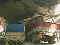 インドで建設中の高架道路が崩壊。下敷きになるなどして21人が死亡。その現場。