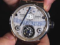 ボビンで巻いた糸により分針を動かす奇抜な機械式時計が発表される。お値段3280万円。