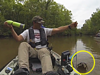 なにが掛かった!?仕掛けを回収していた釣り人が思わず逃げ出した恐ろしい生物とは。