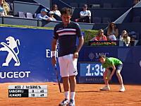 テニスのバルセロナオープンでボールボーイが事故る(´°_°`)痛かっただろそれww