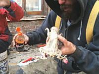 乾燥してても絶対ヤバいだろコレ。解体現場で見つけた干からびたリスの死骸にソースをかけて食べてみた。