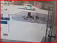 ガソリンスタンドの地下タンク爆発事故の映像が怖いすぎる(°_°)吹き飛ばされる作業員。