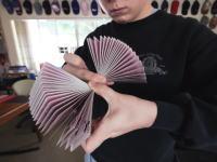 カード芸と見せかけた顔芸www滑らかすぎるカードジャグリングの人の最新作がキテタ。