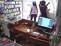 こういうのは悲しいな。店員の気を引いている隙に子供に盗みをさせる母親。