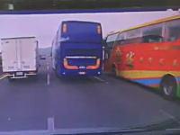 死亡事故の瞬間。大型バスがクイック車線変更でタコってフロントから突っ込み運転席が大破(°_°)