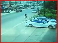 自転車に乗っていた男性が後ろから来た超スピードの車にはねられる瞬間の映像が怖い。