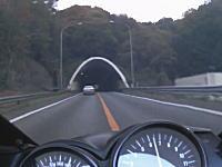 またYouTubeから逮捕者が出る予感。西名阪自動車道で危険運転を繰り返すカワサキZZR1100乗り。