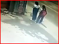 恐ろしい事故の瞬間。高速クラッシュに巻き込まれてしまった二人の少女。