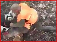 ハンター動画。獲物のイノシシに飛びつきナイフで止めを刺す男。ワイルドすぎるだろwww