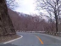 悲しい瞬間。ワインディングロードを飛ばしていたレクサスが山に突っ込む(´・_・`)