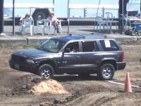 モンスタートラックが走るコースを普通のSUV車で走ったら。会場大盛り上がりww