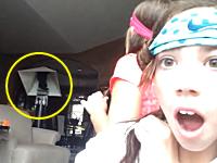 少女たちの自画撮りビデオの後ろでニャンコが大変な事に!なにが起きたんだ(°_°)