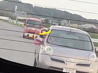 車から半身出しで何かを叫びながら追跡してくる危なそうなおばさんが撮影される。