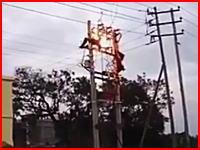 電柱の上でビリビリと感電し続けている二人の作業員。(叫び声音量注意)