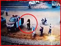 バイク爆弾テロ。バイクに仕掛けられた爆弾がパトカーの警官を吹き飛ばす。