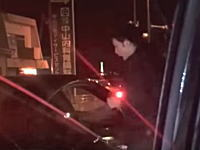 福岡県警逮捕の瞬間。運転席を割ってトライバーを捕らえる様子をtwitter民が撮影。