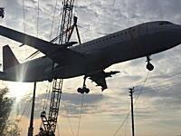 エアインディア機(エアバスA320)を吊り上げていたクレーンが倒壊してしまう(°_°)