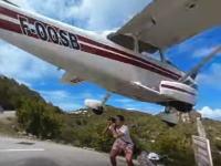 危なすぎワロタwww着陸してくる飛行機の写真を撮ろうとした旅行者が轢かれかける。