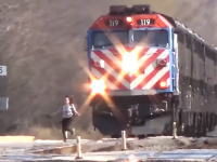 迫ってくる電車の前を無理やり横断して怒られる女の子の映像。ボインボイン。