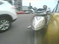 ブチギレたスクーター乗り。運転しながら車を攻撃して自爆する(´・_・`)前後カメラ。