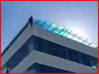 屋上から飛び降りた若い男が地面に叩きつけられる瞬間。衝撃映像再生注意。