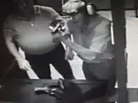 馬鹿だ(´°_°`)レーザーサイトの調子を見ようと拳銃を触っていた男性が自分の左手を撃ち抜いてしまう。