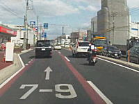 車間距離なさすぎだよな。前の車にピッタリくっ付いていたスクーターが追突事故を起こす。