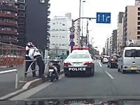 なにをしたんだ?w品川の国道15号線で警官に羽交い締めにされてるスクーター乗りが撮影される。