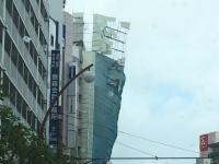 東京の強風でビルのパネルが大量に剥がれて落下。その瞬間の映像がヤバいだろ。