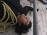 高所で失敗(°_°)ホテルの外壁登りに失敗して落下してしまった男性のビデオ。