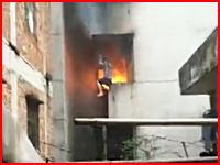 マンション火災で叫びながら死んでいく男性の映像が撮影される。防犯用窓で脱出できず。