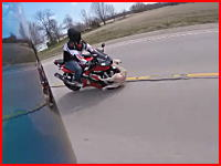 道路に飛び出したワンちゃんをモロにはねちゃったライダーの映像。その後がKOEEEEE!(°_°)