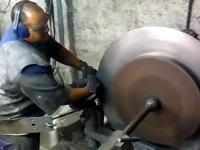 職人動画。大きな円盤を曲げて調理なべを作る職人のお仕事ビデオ。