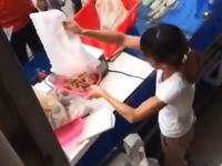 こせいwwwエビの重さを誤魔化す魚屋の女性店員の犯行現場を激撮www