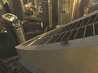 高所の斜面を滑り落ちるトムクルーズみたいなスタントをやってみた動画。ミスったら死。