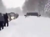 雪道でこの四駆がつよすぎるwww動けない車で完全に麻痺した道路で一台だけ無敵の四駆が。