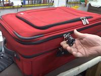 知らないうちに運び人にされる可能性が?ジッパータイプのスーツケースの危険性。