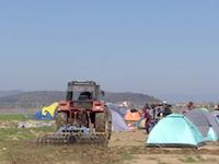 難民に住み着かれた農家のおじさん。難民キャンプをトラクターで耕す。