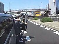 バイクで走行中にDQNキャラバンに絡まれた車載。幅寄せ&急ブレーキアタック。