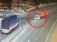 恐ろしい7秒。2人の子供を含む5人全員が死亡した自動車ぺちゃんこ事故の映像。