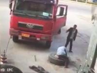大型タイヤが爆発して吹き飛ばされる作業員のビデオ。どうなったの(((゚Д゚)))