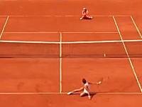 ど根性テニス。お互いに尻もちをついた状態で続くラリー。全仏ストリコバvsラドワンスカ