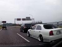 くそだせえwww初心者マークを付けた車を煽りまくるDQNクラウン。名阪国道にて。