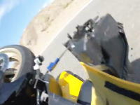 バイクってこんなに曲がらないものなの?緩やかなカーブを曲がれなかったライダーが対向車と衝突する車載。