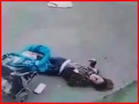 なんという不幸な事故。若いママさんが強風で飛んできた何かに殺されてしまう。