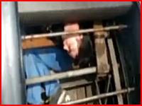 中国でエスカレーターの保守点検をしていた作業員が巻き込まれてしまうという恐ろしい事故が起きたらしい動画。
